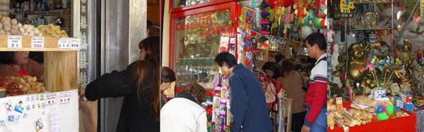 Argentinos comprando comida y souvenirs chinos.