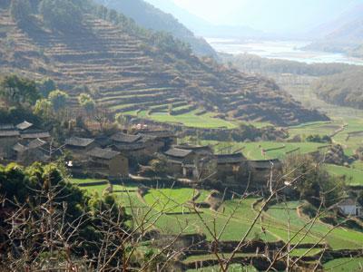 Poblado cerca de Lijiang con sus terrazas de arroz y un río al fonfo.