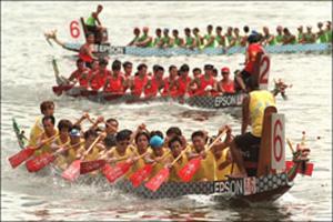 Carrera de botes del dragón, actividad tradicional de estas fiestas.