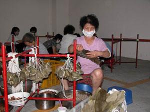 Señoras preparando zongzi