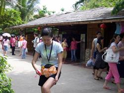 Una chica está embadurnándose la pierna con protector solar.