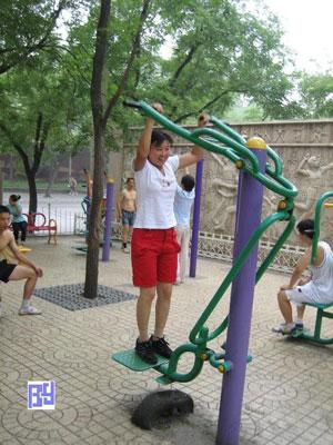 Personas ejercitándose en los gimansios públicos de Pekín.