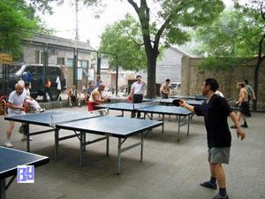 Chinos jugando al Ping Pong en estacios públicos en Beijing.