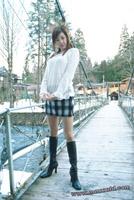 Una chica vestida con ropa de verano en invierno.