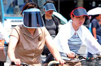 La gente se proteje del sol en China.