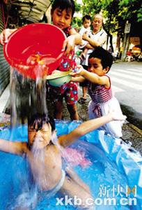 Los niños utilizan el agua para sentirse más frescos.