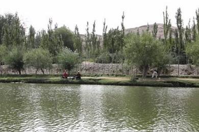 Hombres practicando la pesca en China