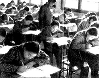 Foto tomada durante el examen de entrada a la Universidad en China en 1977.an a l'entree de l'universite en 1977