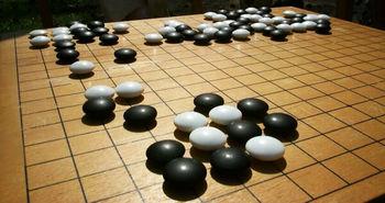 Juego chino llamado Weiqi, conocido en occidente por su nombre japonés: Go.