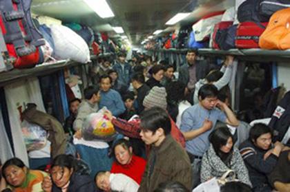 Un vagón de tren atestado de gente durante la fiesta de la primavera en China