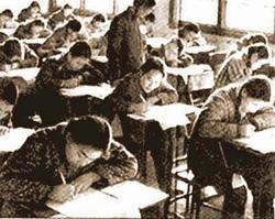 Sala con estudiantes rindiendo el examen nacional en China