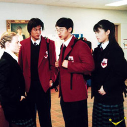 Unos estudiantes chinos están charlando con una extranjera.