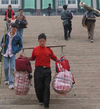 """Un """"bangbang"""" trasladando unas bolsas myy grandes."""