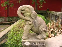 Escultura de un elefante tallada en piedra.