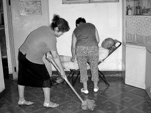 Unas vecinas están cuidando a un anciano.