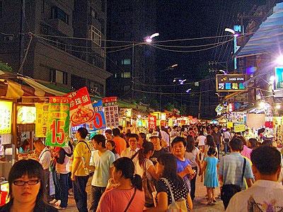 Gente paseando en uno de los mercados nocturnos de Taiwán