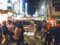 Venta en la calle por la noche en Taiwán.