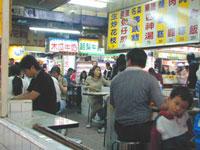 Comiendo en el mercado nocturno