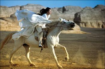 Imagen de la películo Hero de Zhang Yimou con el desierto en la provincia de Xingzhang al fondo.