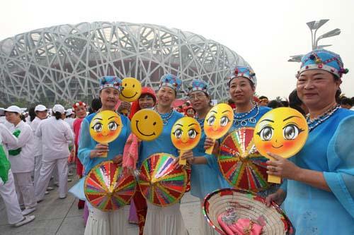Voluntarios para las Olimpiadas de Pekín conla imagen de